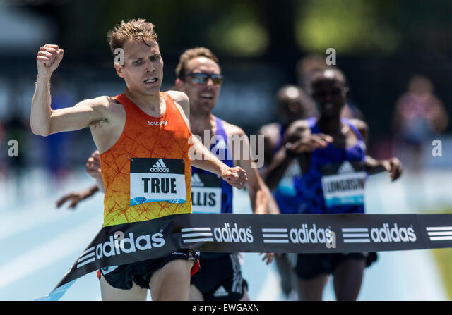 Ben True (USA) defeats Nick Willis (NZL) in the Men's 5000m at the 2015 Adidas NYC Diamond League Grand Prix - Stock-Bilder