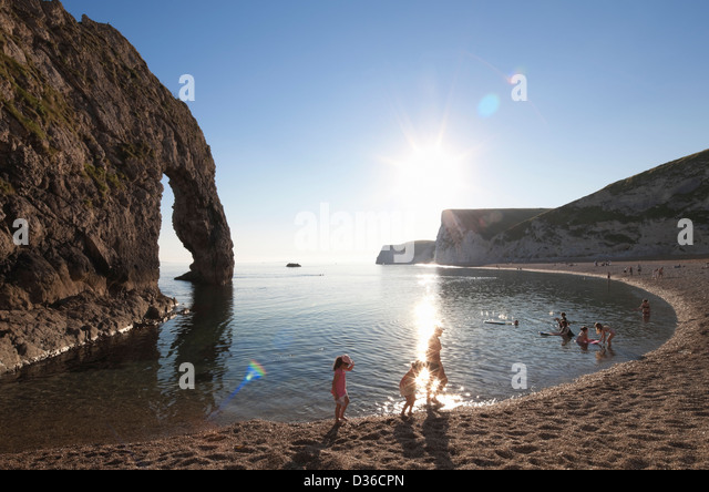 Family on Durdle Door beach, Dorset, England - Stock-Bilder
