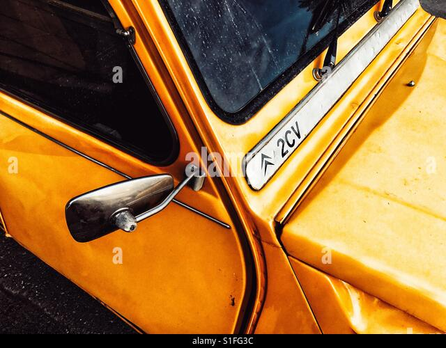 Yellow 2CV Citroen, top view - Stock-Bilder