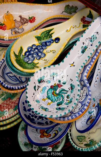 Italy, Orvieto. Traditional Italian pottery for sale in the narrow streets of Orvieto, spoon rest. - Stock-Bilder