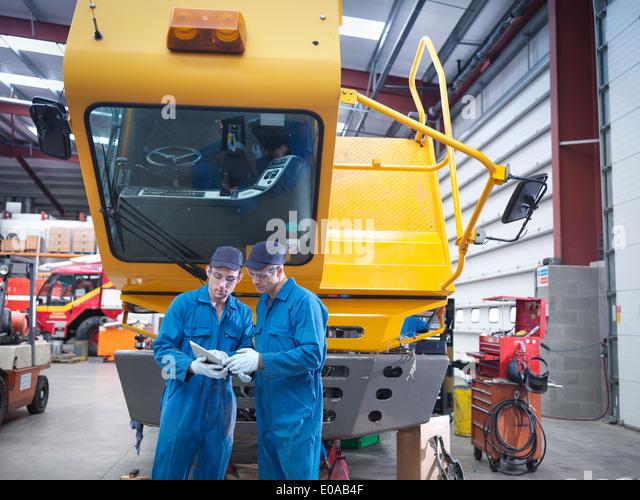 Engineers use digital tablet in truck repair factory - Stock-Bilder