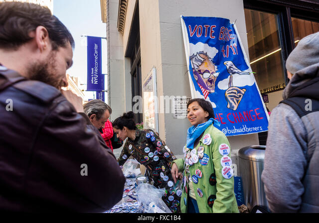 New York, USA. 13th April, 2016. Hours before a Bernie Sanders rally is scheduled to begin, supports sell buttons - Stock-Bilder
