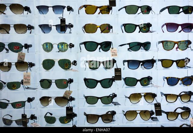 Ray Ban sunglasses display in UK airport duty free shop. - Stock-Bilder