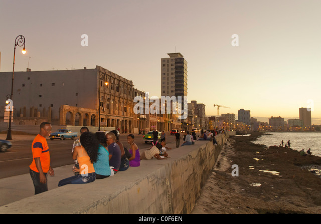 Malecon Promenade at sunset, Havanna Vieja, Cuba - Stock Image
