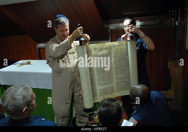 081006-N-4005H-078 GULF OF OMAN (Oct. 6, 2008) Cmdr. Joel Newman, left, a Rabbi aboard the Nimitz-class aircraft - Stock Image