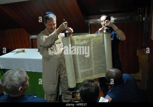 081006-N-4005H-078 GULF OF OMAN (Oct. 6, 2008) Cmdr. Joel Newman, left, a Rabbi aboard the Nimitz-class aircraft - Stock Image