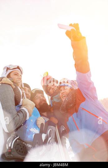 Skier friends taking selfie with camera phone - Stock-Bilder