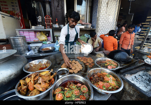 Preparing the famous minced kebabs in Tunday Kababi in Lucknow. - Stock Image