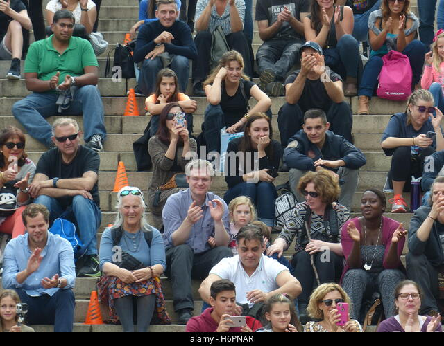Crowd of people watch street performers in Central Park - Stock Image
