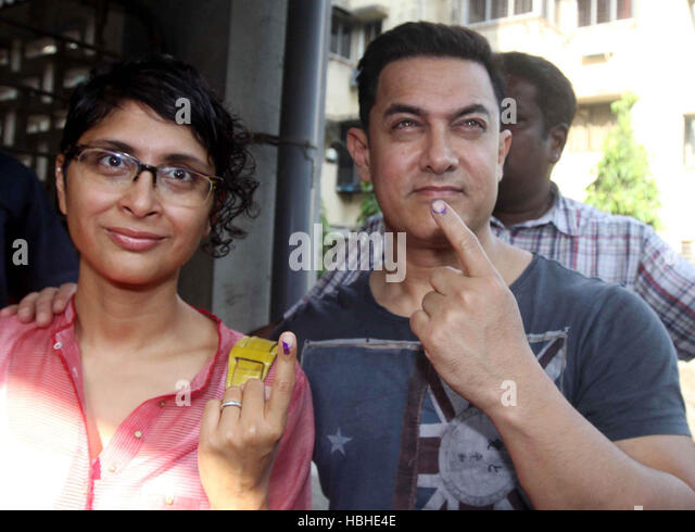 Bollywood actor Aamir Khan Kiran Rao display their inked finger after casting his vote for the Lok Sabha election - Stock-Bilder