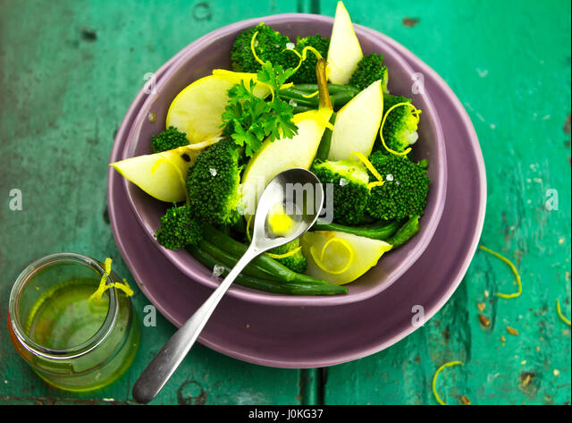Pear, broccoli, green bean salad with brown bread - Stock Image