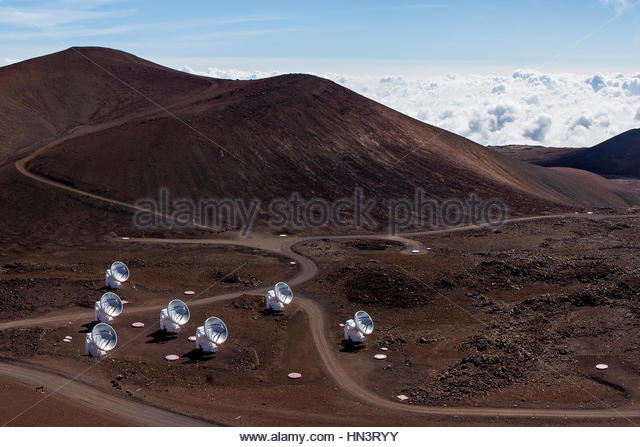 The Submillimeter Array, SMA, consists of several 6-meter dishes at Mauna Kea observatory. - Stock-Bilder