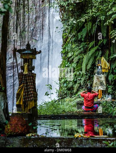 Les Waterfall, Bali Man praying at Hindu Altar - Stock-Bilder