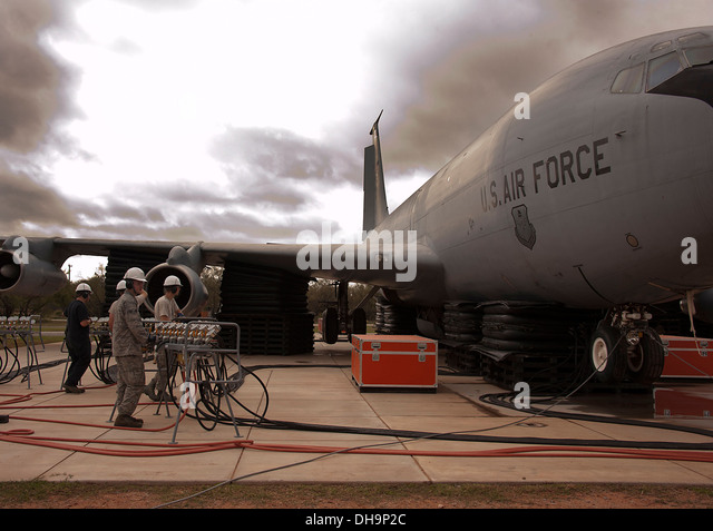362nd Training Squadron, Crash Damaged Disabled Aircraft Recovery (CDDAR), used A26 ton airbag modules and associated - Stock Image