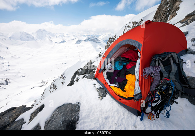 A mountaineers tent on the edge of a high alpine mountain. - Stock-Bilder