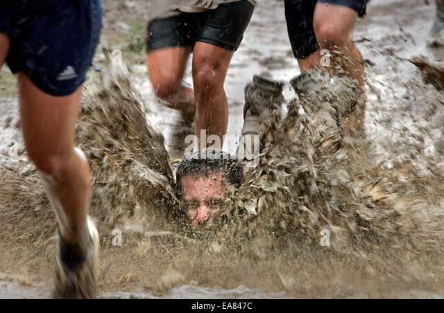(Published 11/12/2005, E-12) Some people take the 2005 Armed Services YMCA Mud Run at Camp Pendleton to a different - Stock-Bilder