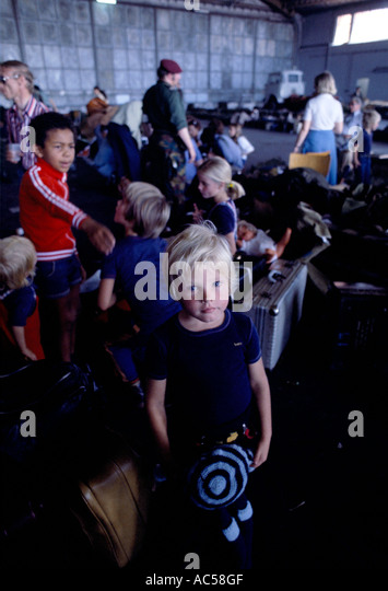ZAIRE 1978 FRENCH and BELGIAN REFUGEES waiting to be evacuated from KOLWEZI AIRPORT FOLLOWING THE FNLC MASSACRES - Stock-Bilder