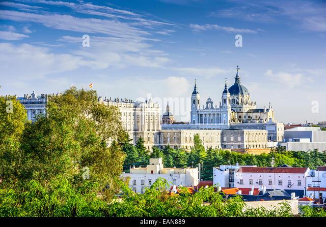 Madrid, Spain skyline at Santa Maria la Real de La Almudena Cathedral and the Royal Palace. - Stock-Bilder