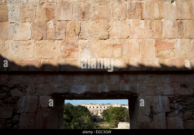 Looking from the Turtle House towards the Nunnery quadrangle, Mayan ruins at Uxmal, Yucatan, Mexico - Stock-Bilder