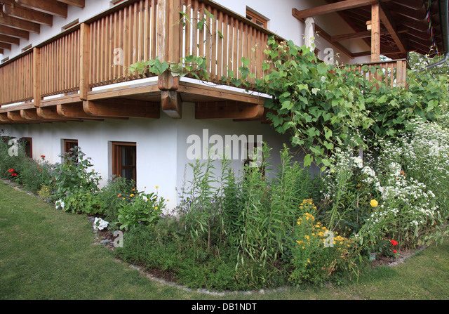 garden and balcony at a Bavarian farm house. Photo by Willy Matheisl - Stock Image