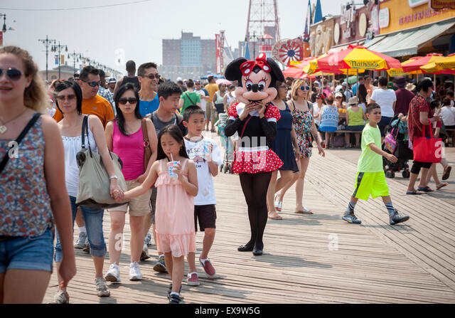 Costumed characters solicit tips on the boardwalk on a seasonably warm Sunday, July 5, 2015 in Coney Island in Brooklyn - Stock-Bilder