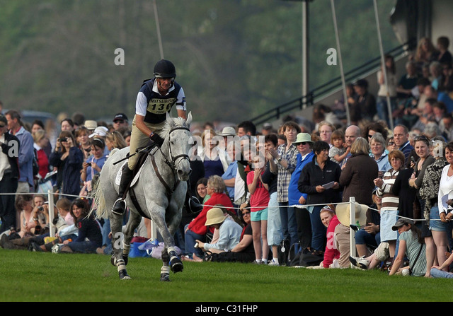 Mark Todd (NZL) riding NZB LAND VISION gallops towards fence 21 watched by the spectators. Mitsubishi Badminton - Stock Image