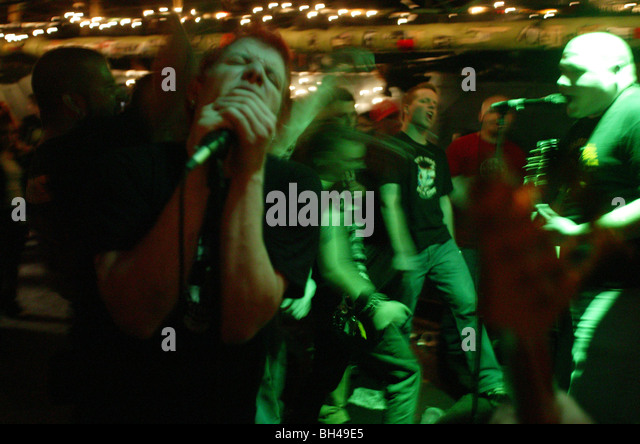 A punk takes the microphone and sings with the band on his birthday at a bar in Columbus, Ohio near Ohio State. - Stock-Bilder