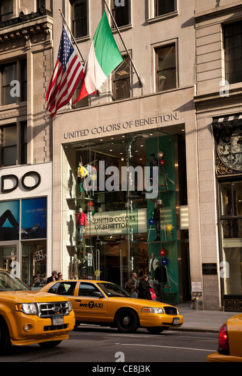 Stores 5th avenue new york city stock photos stores 5th for Benetton usa online shop