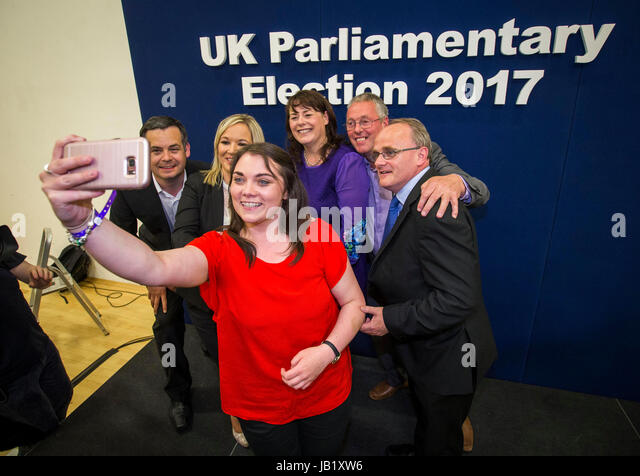 Sinn Fein's Jemma Dollan taking a selfie with (from the left) Pearse Doherty TD, Sinn Fein leader in Northern - Stock Image