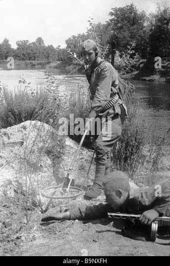 Soviet sappers defuse explosive devices during the 1941 1945 Great Patriotic War - Stock Image