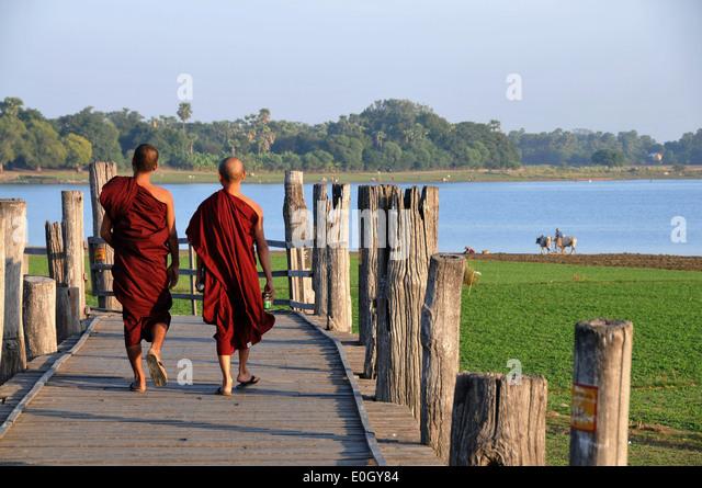 On the U Bein bridge, Amarapura near Mandalay, Myanmar, Burma, Asia - Stock-Bilder