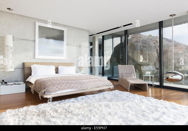 Shag rug in modern bedroom - Stock Image