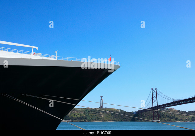 Cruise ship and 25th april bridge - Stock-Bilder