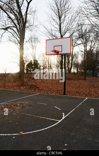 Basketball court in park - Stock Image
