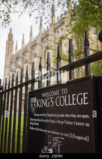 The University city of Cambridge in England with a decorative railing and welcome sign - Stock-Bilder