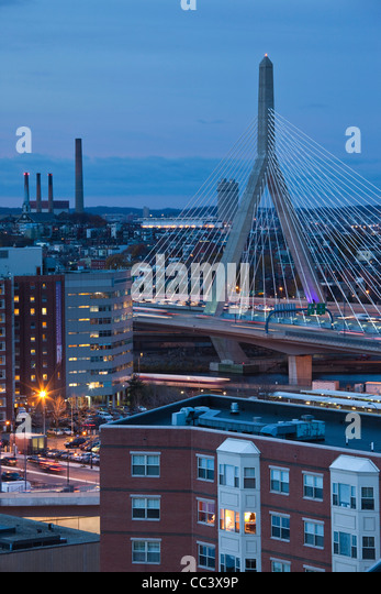 USA, Massachusetts, Boston, Leonard Zakim Bridge, Rt. 93, dusk - Stock-Bilder