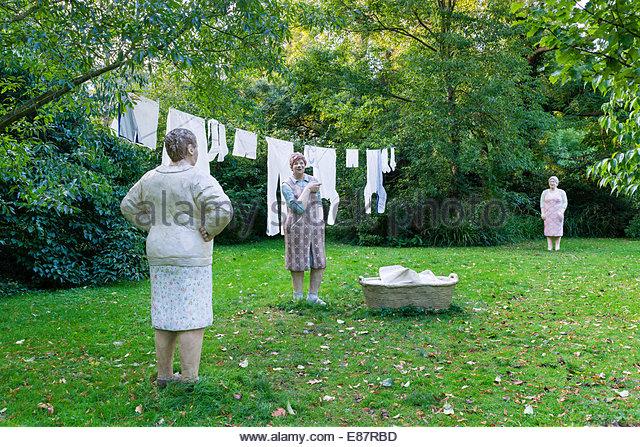 Women hanging up laundry, 'Alltagsmenschen', everyday people, concrete figures by Christel Lechner, Flora - Stock-Bilder