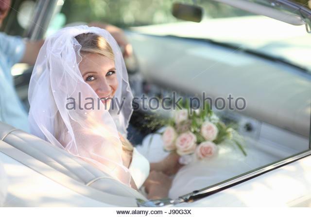 Portrait Of Bride In Open Top Classic Car On Wedding Day - Stock-Bilder