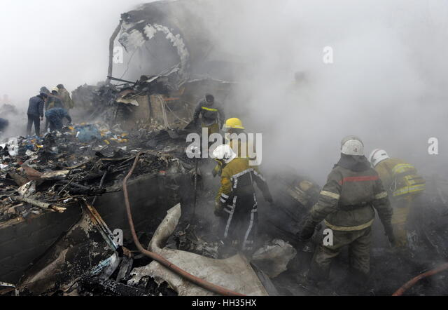 Bishkek, Kyrgyzstan. 16th Jan, 2017. Emergency workers at the crash site of a Turkish Boeing 747 cargo jet operated - Stock-Bilder
