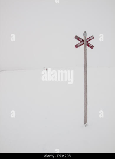 marked ski trail in the Northern Swedish mountain area of Sylarna (sylan) in near white out conditions - Stock Image