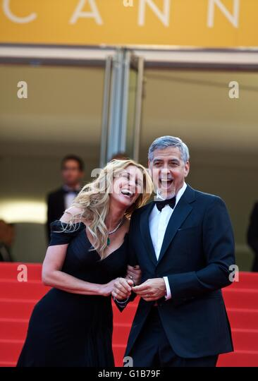 Cannes, France. 12th May, 2016. Cast members George Clooney(R) and Julia Roberts pose on the red carpet for the - Stock Image