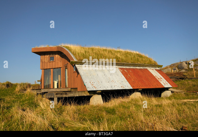 Eco/alternative house built from new and reclaimed materials with a turf roof - Stock-Bilder