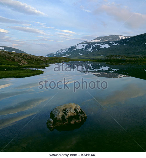 Snow covered mountains seen over a lake, Padjelanta National Park, Lappland, Norrbottens Län, arctic Sweden. - Stock Image