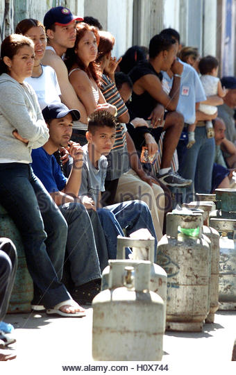 Venezuelans wait to buy cooking gas containers in Caracas, January 27,  2003. Venezuelan opposition forces debated - Stock Image