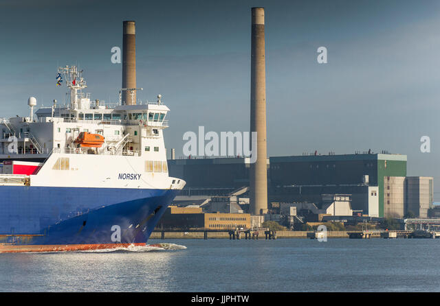 The Ro Ro cargo ship Norsky passing Tilbury B Power Station as she steams downriver on the River Thames. - Stock Image
