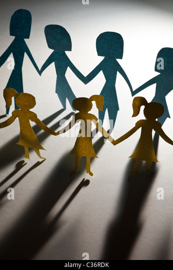 Paper Chain girls and mama, concept of Teamwork - Stock-Bilder