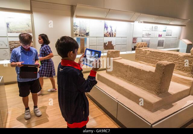 schoolchildren at the Bahrain National Museum - Stock Image