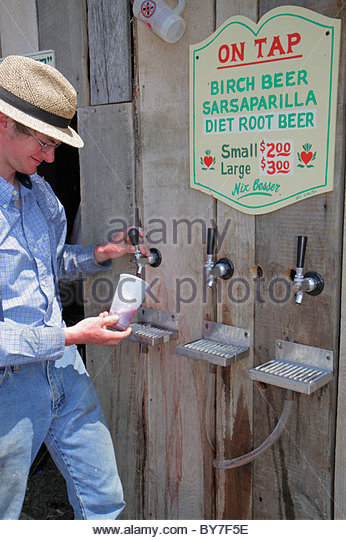 Pennsylvania Kutztown Kutztown Folk Festival Pennsylvania Dutch folklife vendor man birch beer sarsaparilla tap - Stock Image