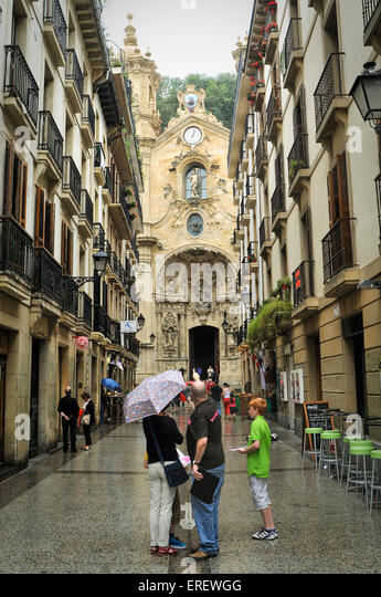 Tourists with a travel guide outside Basilica of Saint Mary of the Chorus, San Sebastian, Spain - Stock-Bilder