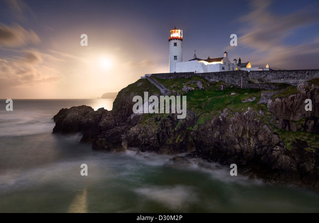 Fanad Head captured as a full moon rises behind the Lighthouse - Stock-Bilder